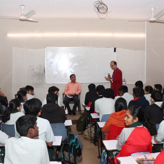 मुख्यमंत्री डॉ. प्रमोद सावंत हाणी आयज कुजिरा मुस्टिफंड आर्यन उच्च माध्यमिक विद्यालयात विद्यार्थ्यांकडे संवाद केलो. विद्यार्थ्यांनी शैक्षणिक धोरण, गोंयातले आगामी राष्ट्रीय आणि आंतरराष्ट्रीय संस्था इ.चेर प्रश्न विचारले.