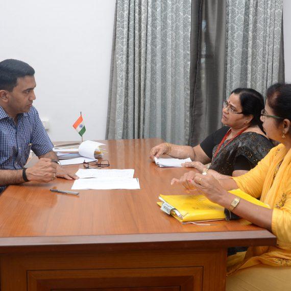 मुख्यमंत्री डॉ. प्रमोद सावंत ह्यांनी महिला आनी बालविकास संचालक श्रीमती दीपाली नाईक ह्यांच्या वांगडा मुलकात अल्तिन्हो पणजी १० डिसेंबर ह्या दिसा घेतली.