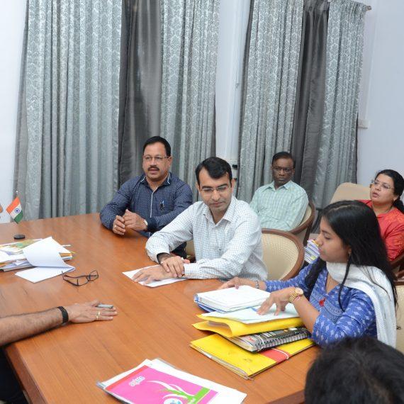 मुख्यमंत्री डॉ. प्रमोद सावंत हाणे आयटी विभाग, माहिती व प्रसिद्धीकरण विभाग, ईएसजी व ईडीसी लिमिटेडच्या अधिकार्यां वांगंधा १० डिसेंबर २०१९, ह्या दिसा बैठक घेतली