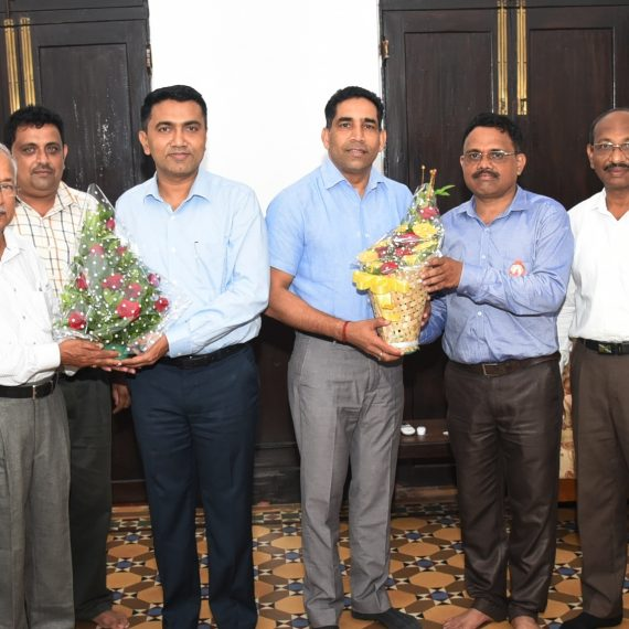 Chief Minister, Dr. Pramod Sawant and Minister for Co-operation, Shri Govind Gaude felicitated the newly elected Chairman of The Goa State Co-op Bank Ltd., Shri Ulhas Fal Dessai, Vice Chairman, Shri Pandurang Kurtikar and Board of Directors at Altinho Panaji on September 9, 2019.