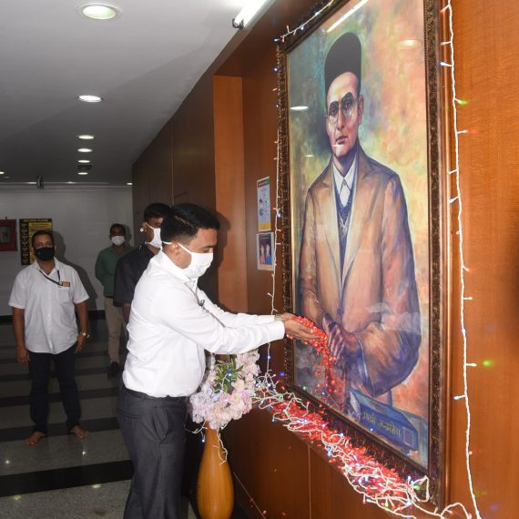 Chief Minister, Dr. Pramod Sawant paying floral tributes to the portrait of Veer Savarkar on his Birth Anniversary at Porvorim on May 28, 2020.