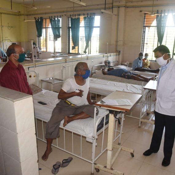 मुख्यमंत्री डॉ. प्रमोद सावंत जिल्लो इस्पितळ हांगा भेट दिताना
