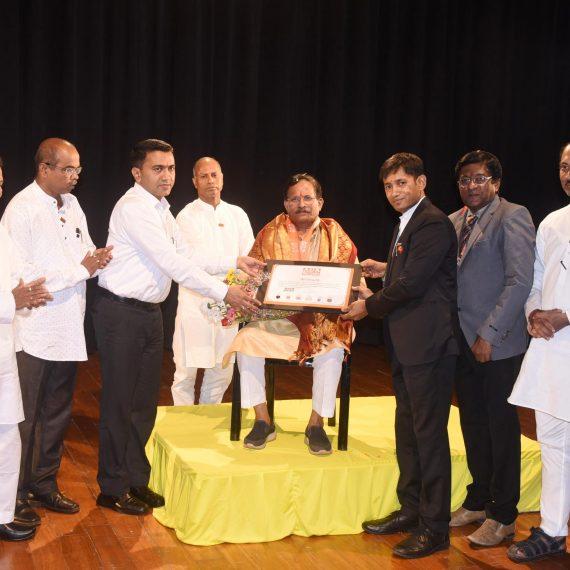 श्री. श्रीपाद नाईक हांका एशिया बुक ऑफ रेकॉर्डस प्रदान केले.