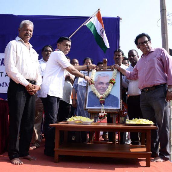 मुखेलमंत्री डॉ. प्रमोद सावंत हाणीं दिवंगत पंतप्रधान श्री. अटलबिहारी वाजपेयी हांच्या जन्म दिसाच्या निमित्तानं तांच्या फोटवाक हार घालो . मयेंचो आमदार श्री. प्रवीण झांट्ये सुद्धा हाजीर आशिल्ले