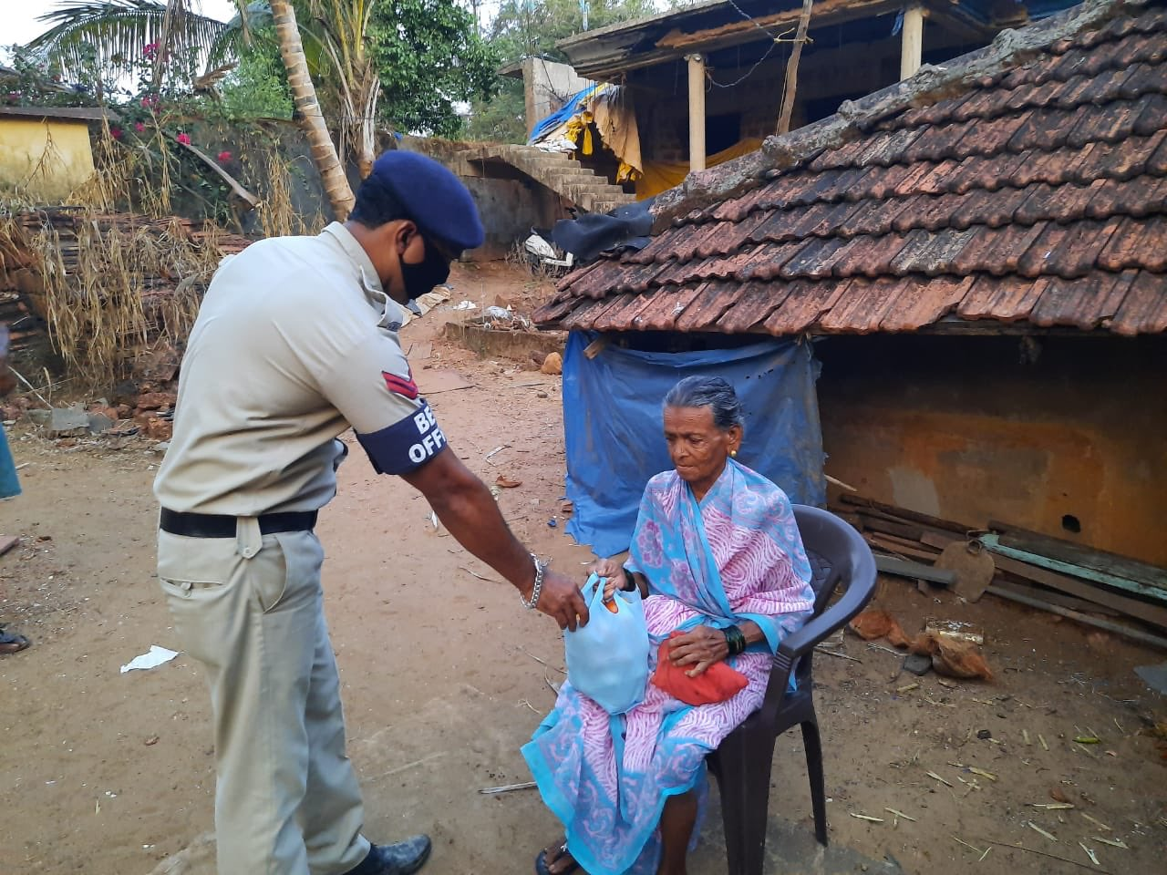 Cuncolim and Canacona Police Beat Staff visited Seniorcitizens and helped them with essentials