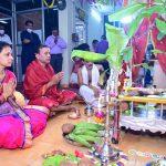 माहिती अधिकारी श्री. प्रकाश एस नाईक सोबत पत्नी श्रीमती प्रेमलता नाईक ऑगस्ट 21,2021 रोजी डीआयपी येथे आयोजित वार्षिक श्री सत्यनारायण महापूजेमध्ये प्रार्थना करत आहेत